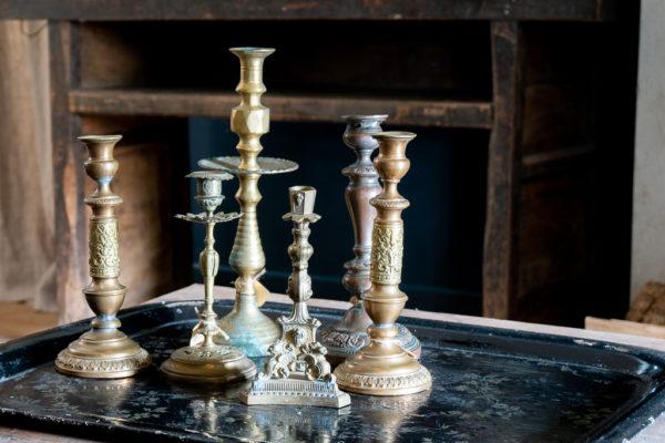 antieke kandelaren op tafel